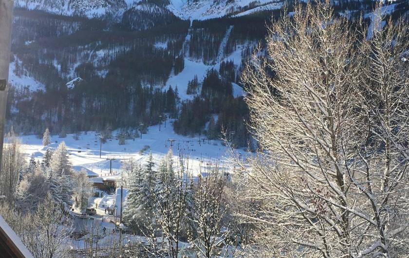 Location de vacances - Appartement à Le Monêtier-les-Bains - Vue des pistes en face