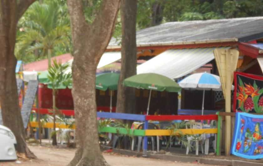 Location de vacances - Chalet à Deshaies - les restaurants sur la plage de Grand-Anse à Deshaies