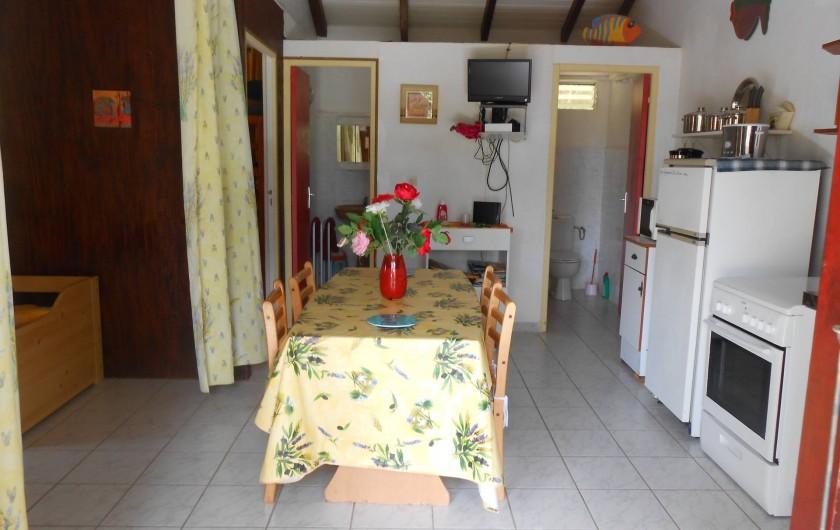 Location de vacances - Chalet à Deshaies - séjour  avec grande table  6 personnes