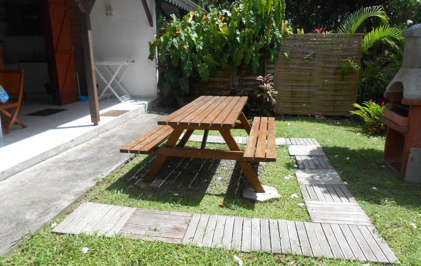 jardin privatif avec table de pic nique bungalow n°2