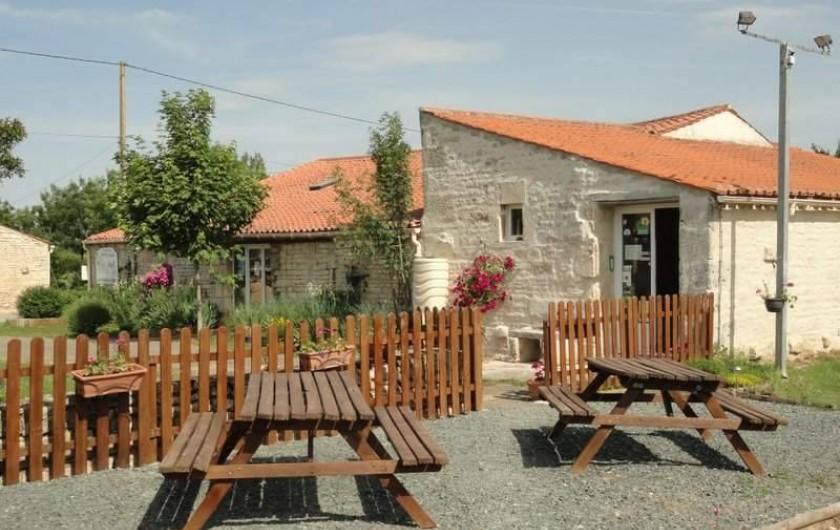 Location de vacances - Camping à Luçon - Espace pique-nique - Accueil