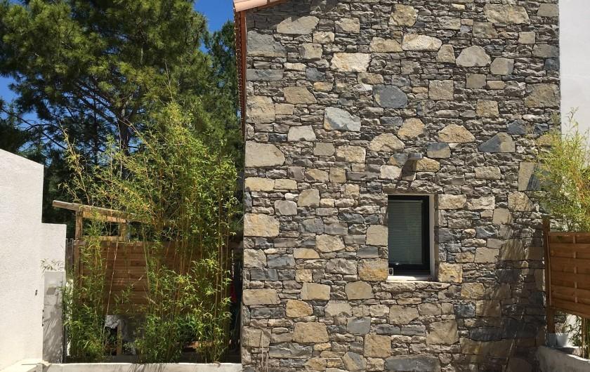 Location de vacances - Villa à Grabels - Stationnement véhicule / L'arrivée se fait à gauche du mur en pierre