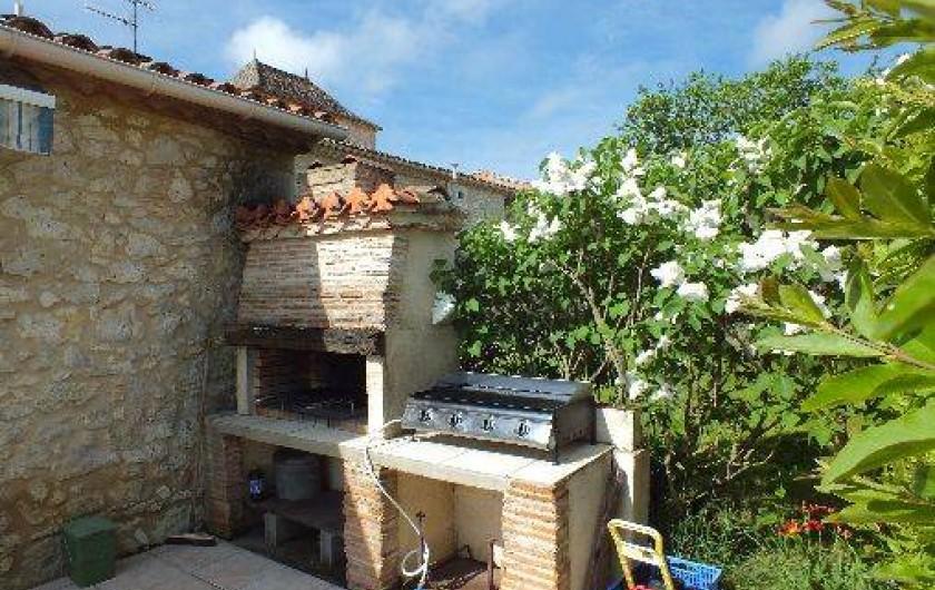 Location de vacances - Gîte à Thénac - Barbecue & plancha sur la terrasse, à votre service.