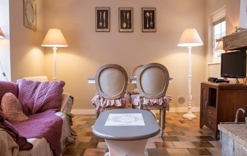 Location de vacances - Chambre d'hôtes à Veules-les-Roses - Le salon/séjour très lumineux, avec cheminée.
