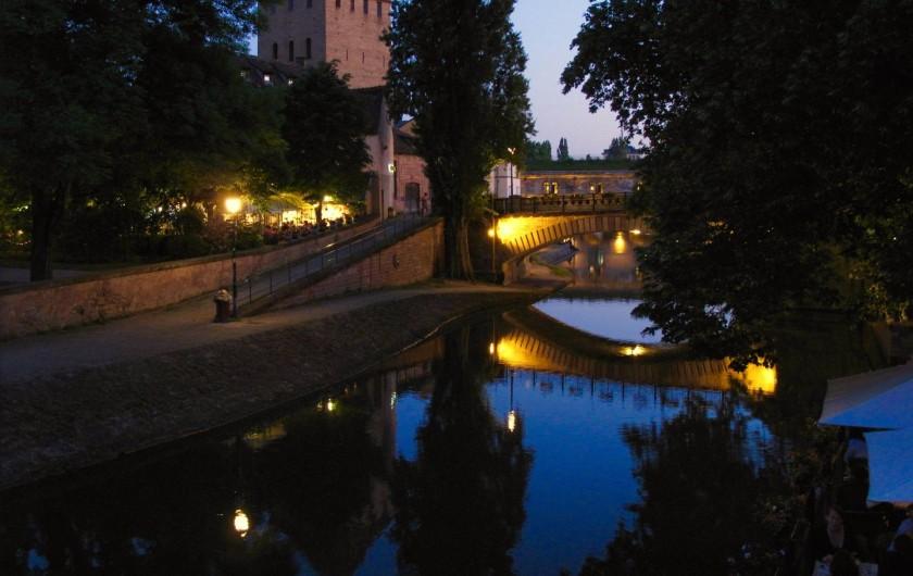 Location de vacances - Appartement à Strasbourg - Vu d'une fenêtre Sud-Est  du salon, l'été, de nuit.