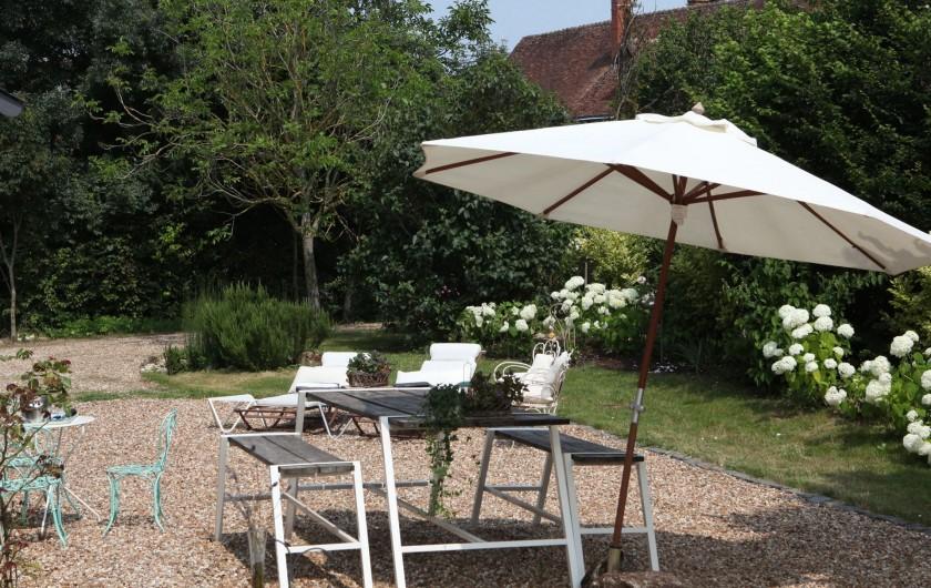 Location de vacances - Villa à Berthenay - terrasse table et bancs plein Sud