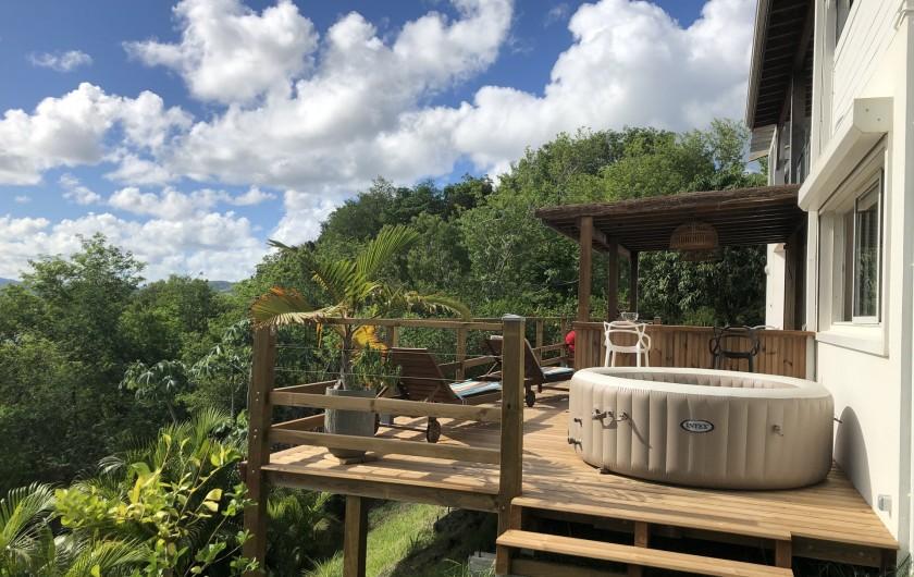 Location de vacances - Villa à Les Trois-Îlets - Vue terrasse côté jacuzzi