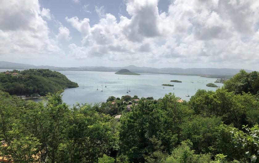 Location de vacances - Villa à Les Trois-Îlets - Vue mer à l'arrivée à la location