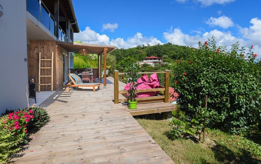 Location de vacances - Villa à Les Trois-Îlets - Vue enfilade sur terrasse