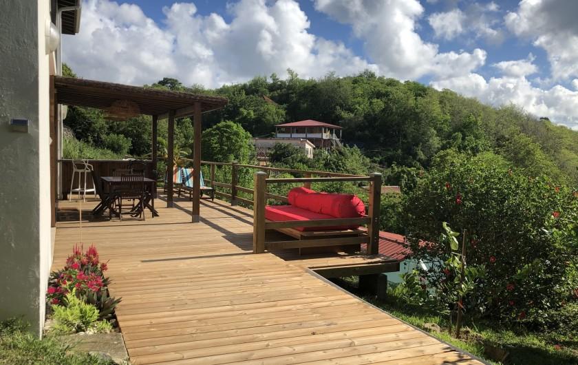 Location de vacances - Villa à Les Trois-Îlets - Vue de l'entrée du logement par la terrasse