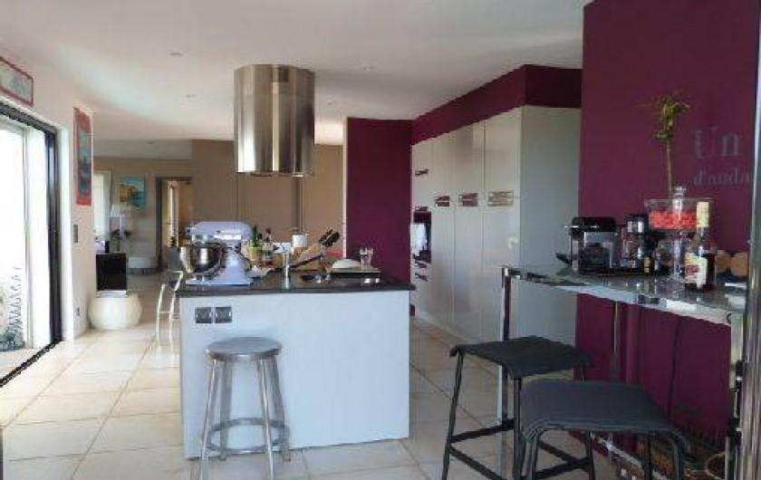 Location de vacances - Villa à Porticcio - vision traversante de la cuisine