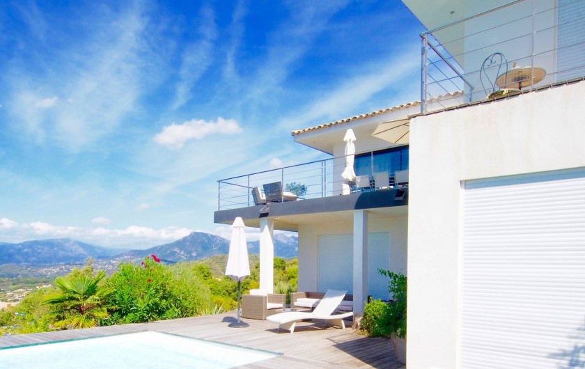 Location de vacances - Villa à Porticcio - Terrasses Salon et cuisine vues du deck piscine