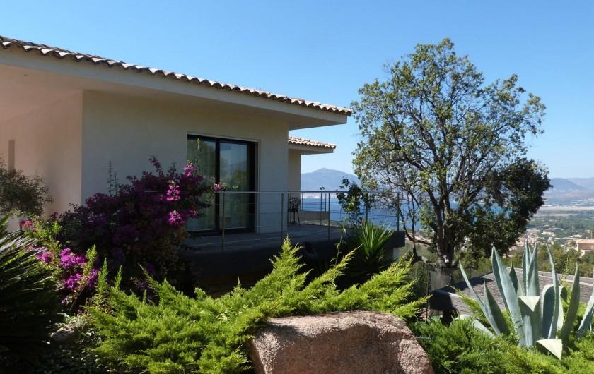 Location de vacances - Villa à Porticcio - Chambre parents avec terrasse vue de l'extérieur
