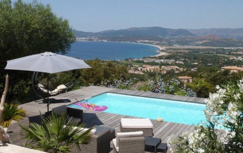 Location de vacances - Villa à Porticcio - Vue d'ensemble Piscine,deck et Golfe
