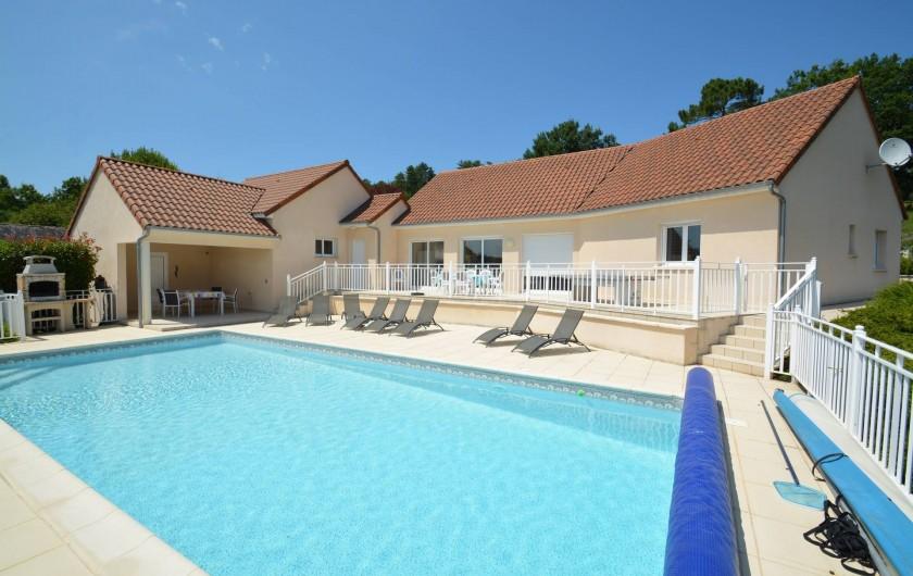 Location de vacances - Villa à Terrasson-Lavilledieu - La villa et sa piscine chauffée privée de 11 x 5 m