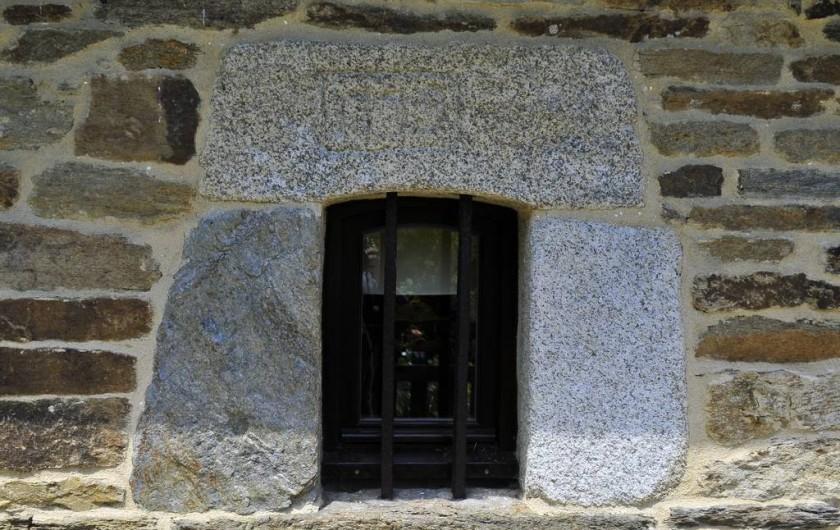 Location de vacances - Gîte à Clohars-Carnoët - De petites fenêtres mais à l'intérieur un grand puits de lumière