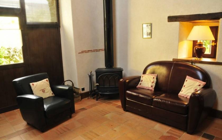 Location de vacances - Gîte à Clohars-Carnoët - Le coin salon/TV et le poêle à bois