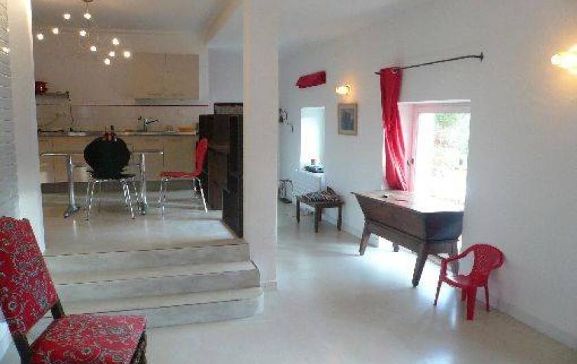 Location de vacances - Gîte à Grignan - cuisine vue du salon