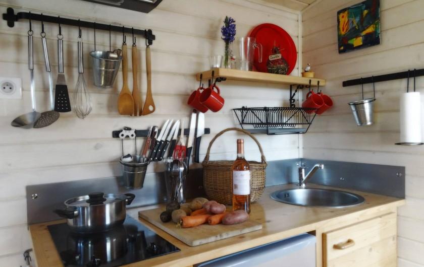 Location de vacances - Roulotte à Saint-Jean-le-Centenier - Coin cuisine bien équipé