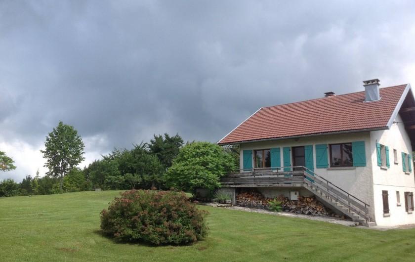 Location de vacances - Chalet à Bonlieu - Le Chalet et une partie de son terrain