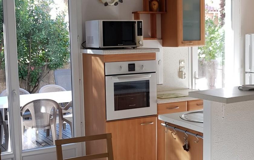 Location de vacances - Villa à Saint-Cyprien Plage - Vue sur une partie du coin cuisine et terrasse extérieure