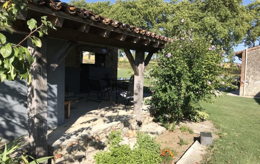 Location de vacances - Gîte à Vendine - Cuisine d'été et sa terrasse plancha à disposition