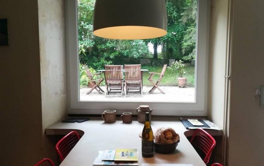 Location de vacances - Gîte à Saint-Georges-sur-Baulche - Coin repas, cuisine, vue sur la terrasse