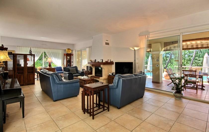 Location de vacances - Villa à Valbonne - Salon et grande terrasse couverte