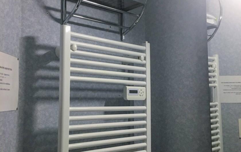 Location de vacances - Appartement à Cauterets - Sèche serviette soufflant dans la salle de bain