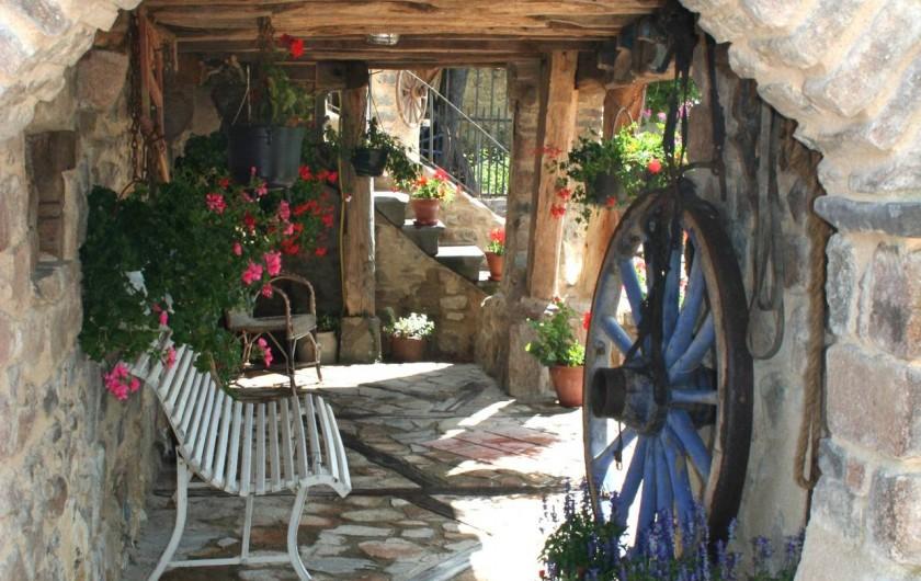 Location de vacances - Gîte à Chirassimont - Petit coin pour se détendre à l'ombre