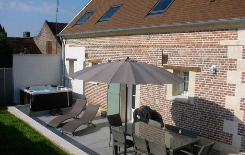 Location de vacances - Gîte à Jonquières - terrasse de 30 m² avec son spa 5 personnes  sans aucun vis à vis.