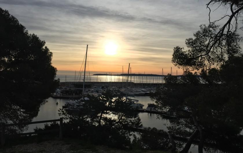 Location de vacances - Studio à Bormes-les-Mimosas - coucher de soleil sur Bormes