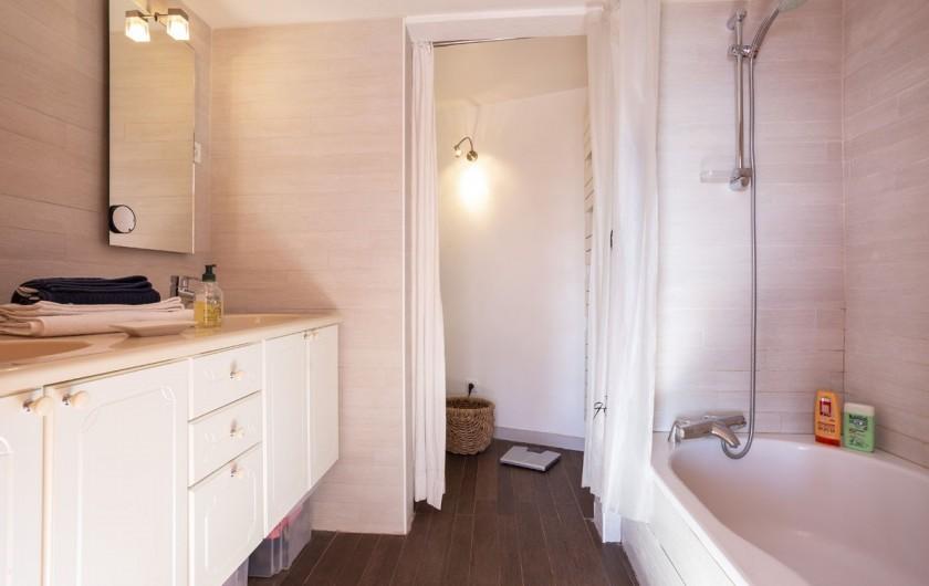 Location de vacances - Chalet à Bourg-Saint-Maurice - Salle de bain chambre 1