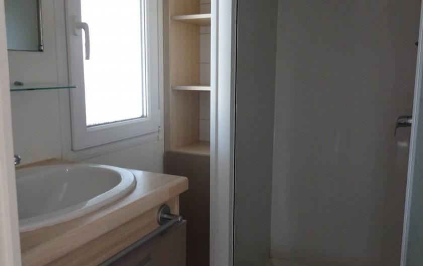 Location de vacances - Bungalow - Mobilhome à Salses-le-Château - salle d'eau avec lavabo