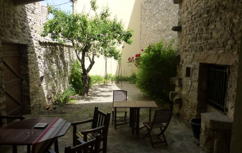 Location de vacances - Mas à Saint-Maurice-de-Cazevieille - Patio avec salon de jardin