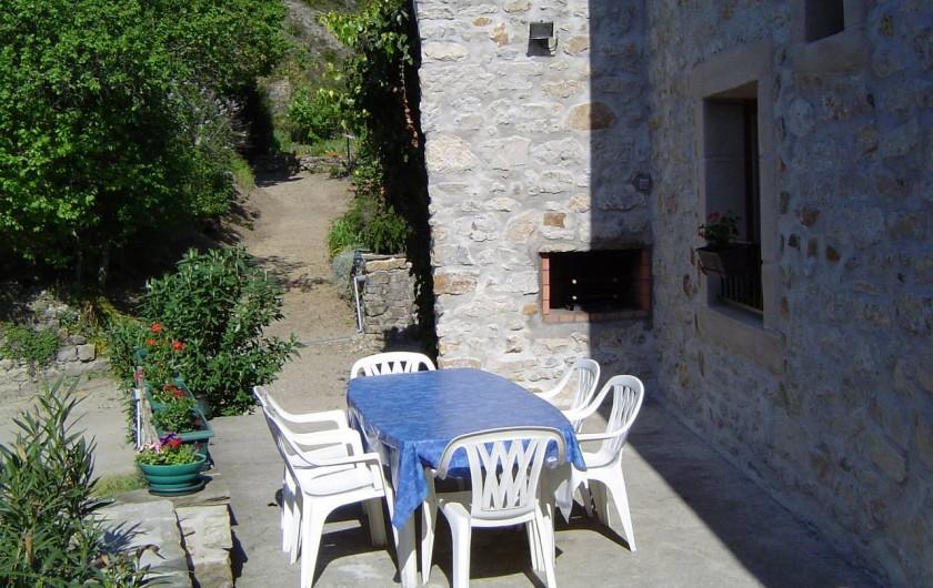 Location de vacances - Chambre d'hôtes à Chassagnes - Terrasse et barbecue du gîte