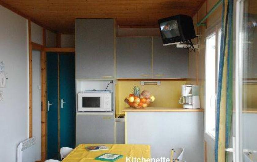 """Location de vacances - Chalet à Blavignac - Une kitchenette avec tout l'équipement: une cuisine de vacances """"confortable""""."""