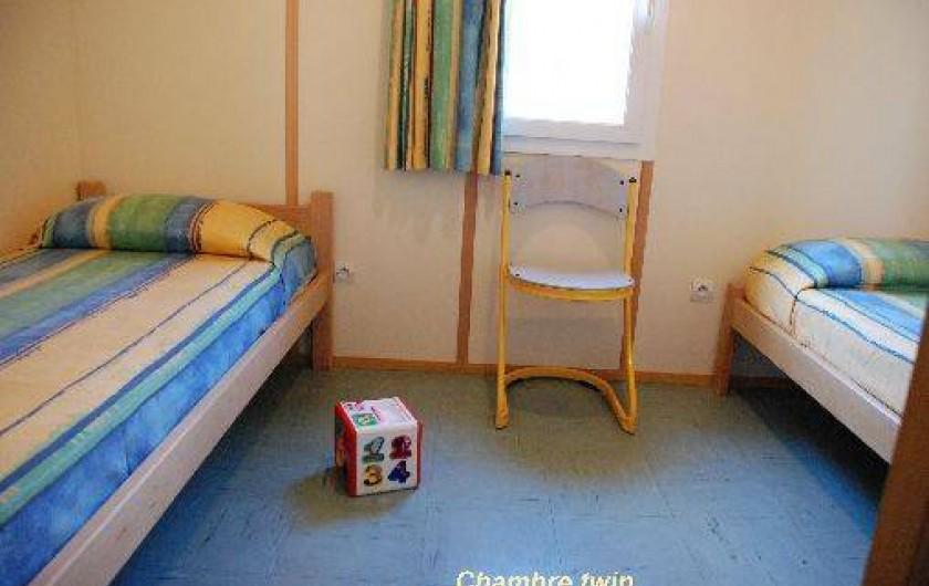 Location de vacances - Chalet à Blavignac - Chambre 2: avec 2 lits individuels (non superposés!)
