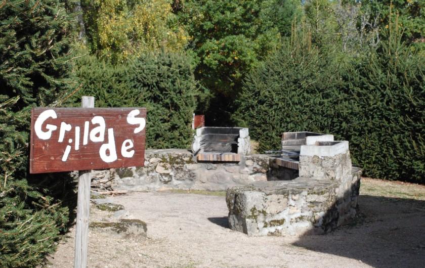 Location de vacances - Chalet à Blavignac - Une aire de barbecues à votre disposition