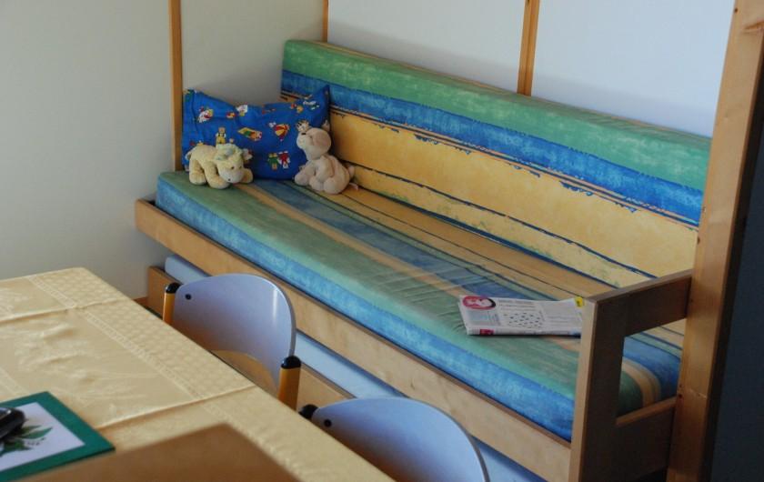 Location de vacances - Chalet à Blavignac - Dans le séjour la banquette-lits gigognes offre 2 couchages supplémentaires
