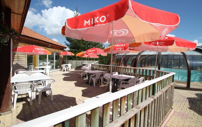 Location de vacances - Chalet à Blavignac - La terrasse jouxtant la piscine