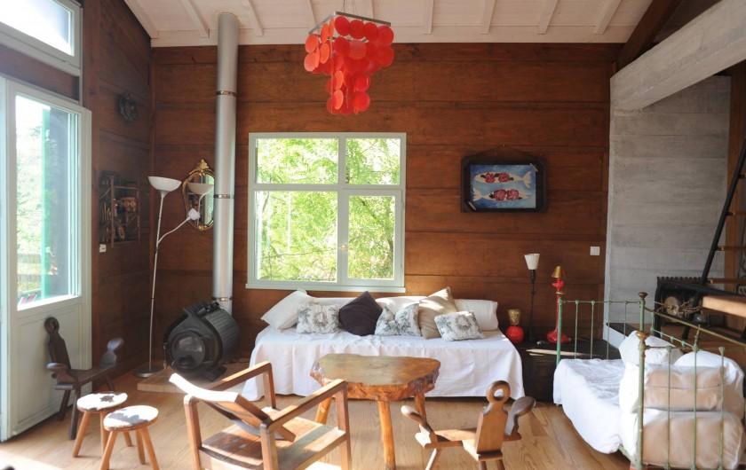 Location de vacances - Chalet à Le Cap Ferret - Vue du coin salon depuis la salle à manger .