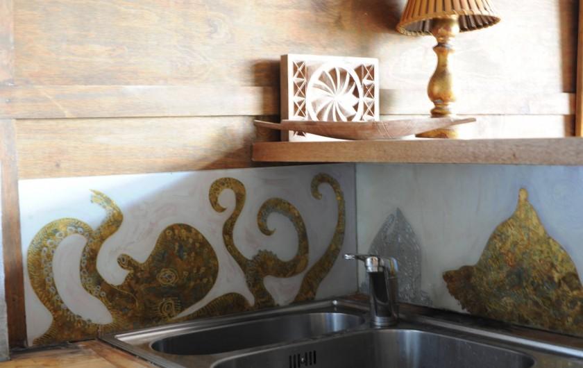 Location de vacances - Chalet à Le Cap Ferret - Fixé sous verre dans la cuisine .
