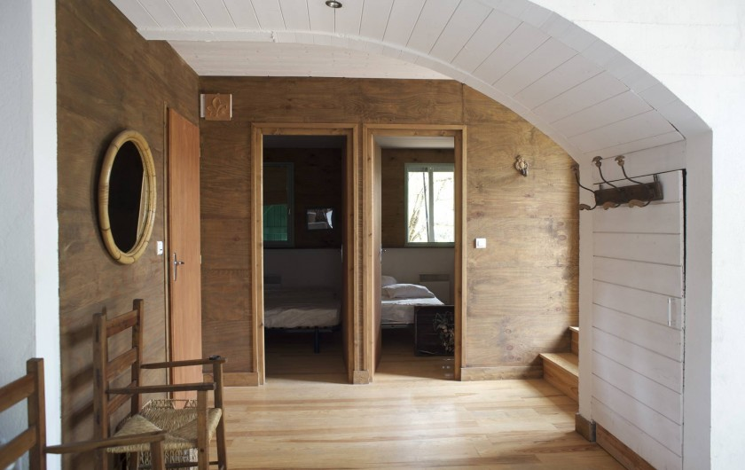 Location de vacances - Chalet à Le Cap Ferret - Entrée des deux chambres du bas .
