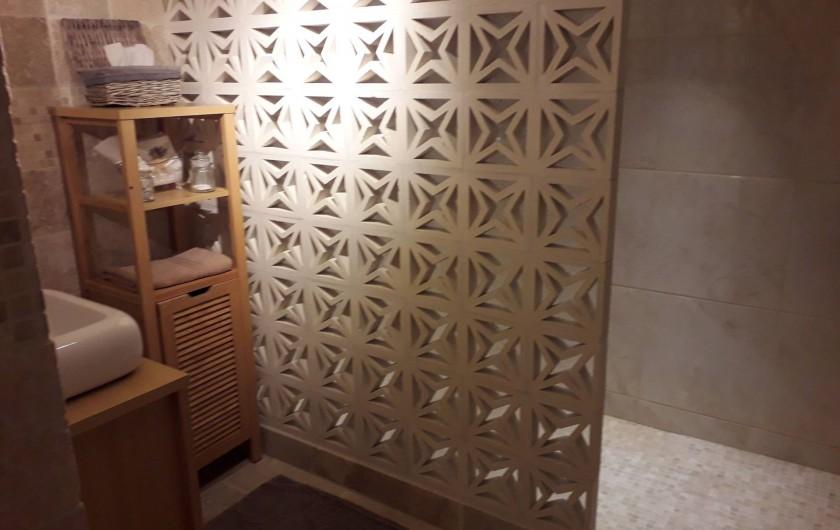 Location de vacances - Chambre d'hôtes à Castelnau-de-Montmiral - salle de douche à l'italienne  chambre travertine