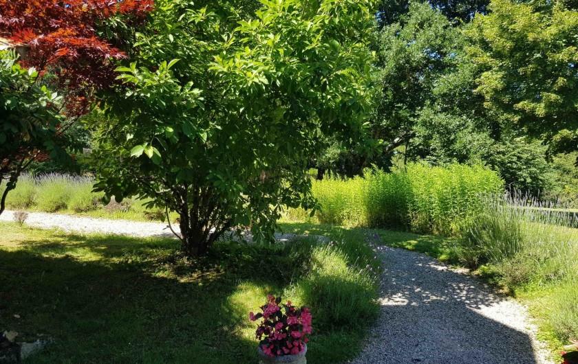Location de vacances - Gîte à Issac - l'allée d'accès à la maison