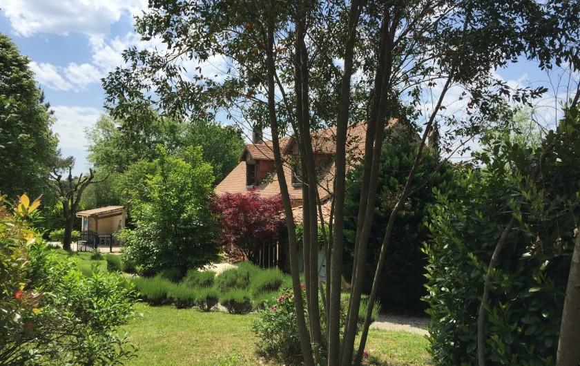 Location de vacances - Gîte à Issac - la maison dans la verdure