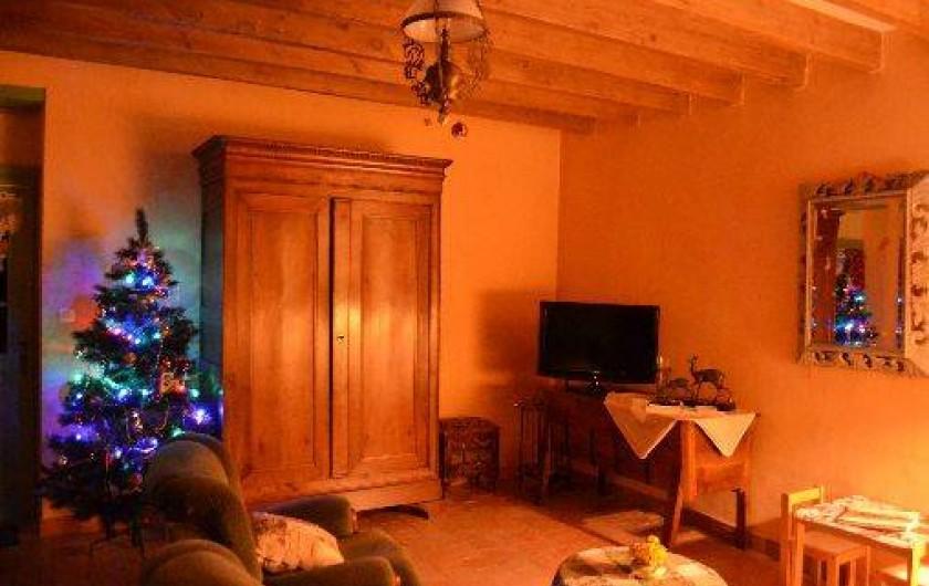 Location de vacances - Gîte à Saint-Rémy-la-Varenne - Salon carreaux terre cuite poutres