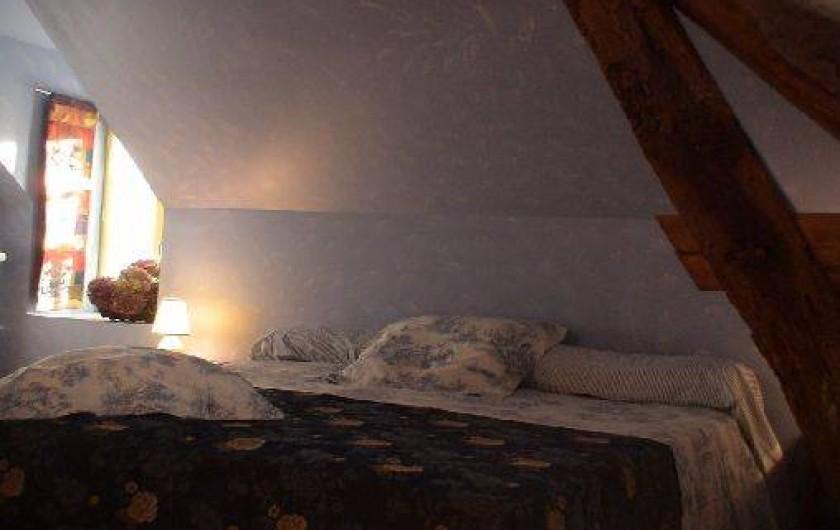 Location de vacances - Gîte à Saint-Rémy-la-Varenne - Chambre coté sud 1 lit x180 + 1X90 + 1 lit bébé  ou.................