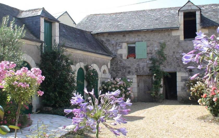 Location de vacances - Gîte à Saint-Rémy-la-Varenne - vue sur dépendances coté sud